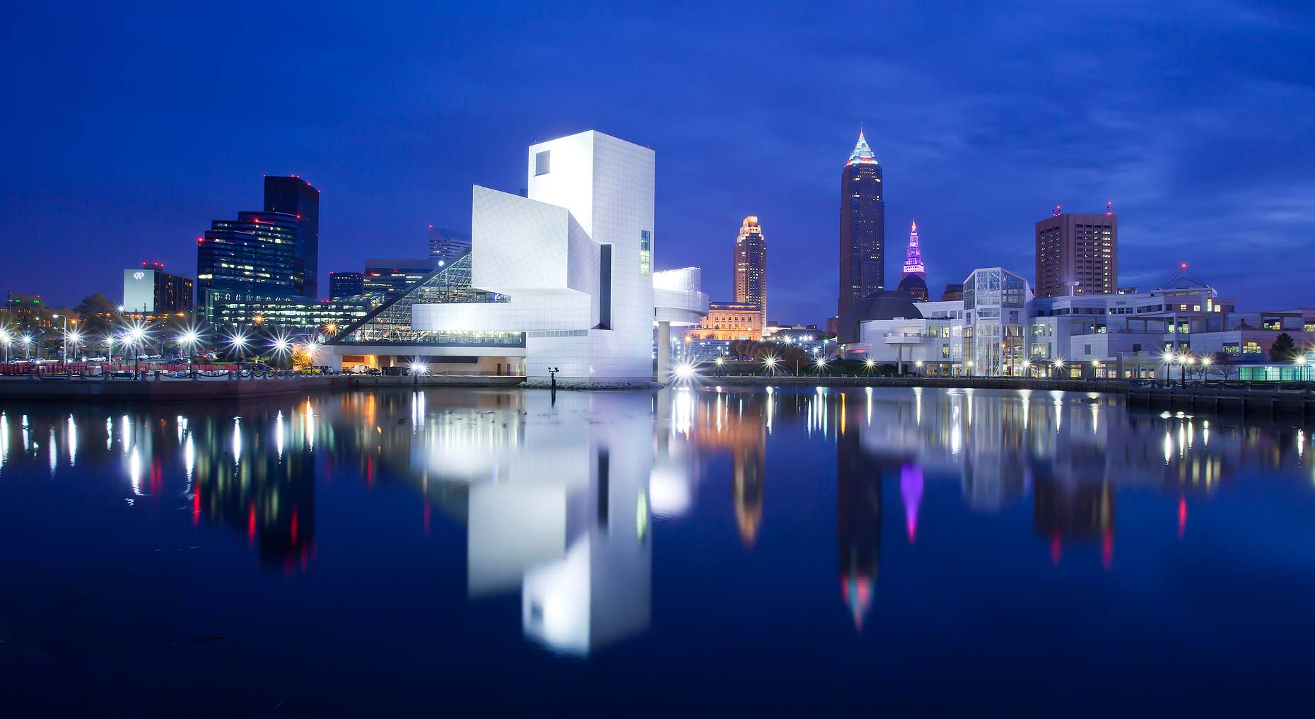 Rock_and_Roll_Hall_of_Fame-Cleveland_skyline.jpg